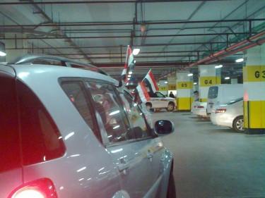 http://twitpic.com/3yop4m سيارة فى الدوحة، اعاصمة القطرية، تلوح باعلام مصر للاحتفال.