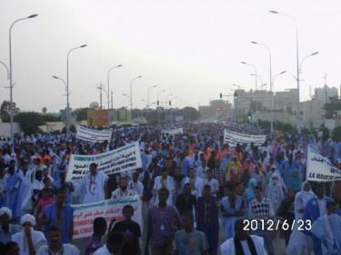 صورة من المسيرة تصوير صفحة أخر خبر مأخوذ بأذن