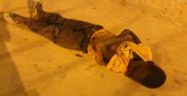 Bambino che dorme per strada a Nouakchott, Mauritania