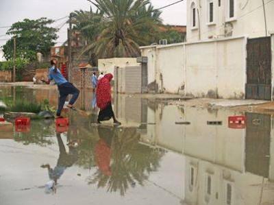 مواطنون يحاولون قطع أحد الشوارع (تصوير عبد الرحمن ودادي )