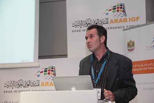 متحدث في المنتدى العربي لحوكمة الإنترنت، الذي انعقد في الجزائر. تصوير ICANN مستخدمة تحت رخصة المشاع الإبداعي النسبة الثانية.