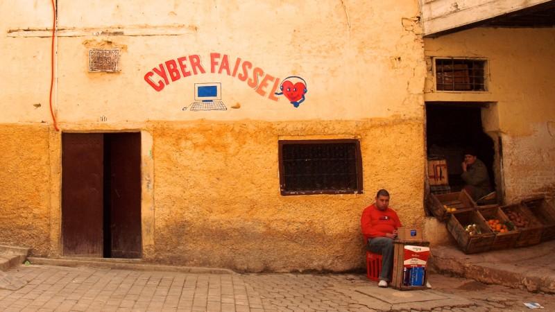 مقهى إنترنت في مدينة فاس، المغرب. تصوير توررينجرا على فليكر، مستخدمة تحت المشاع الإبداعي النسبة الثانية.