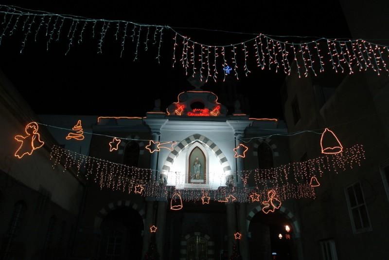 مرسيل شحوارو تتحدث عن عيد الميلاد في سوريا. أخذت الصورة في سوريا عام 2009 من قبل تشارلز روفي وتم نشرها على فليكر تحت رخصة المشاع الإبداعي نسب المصنف-غير تجاري-الترخيص بالمثل 2.0 عام