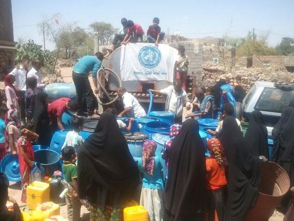 في المناطق المتأثرة بالصراع، يقف السكان في طوابير طويلة على أمل الحصول على القليل من المياه.
