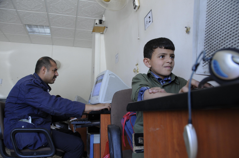 مرتادي مقهى إنترنت في اليمن. صورة للبنك الدولي على فليكر.